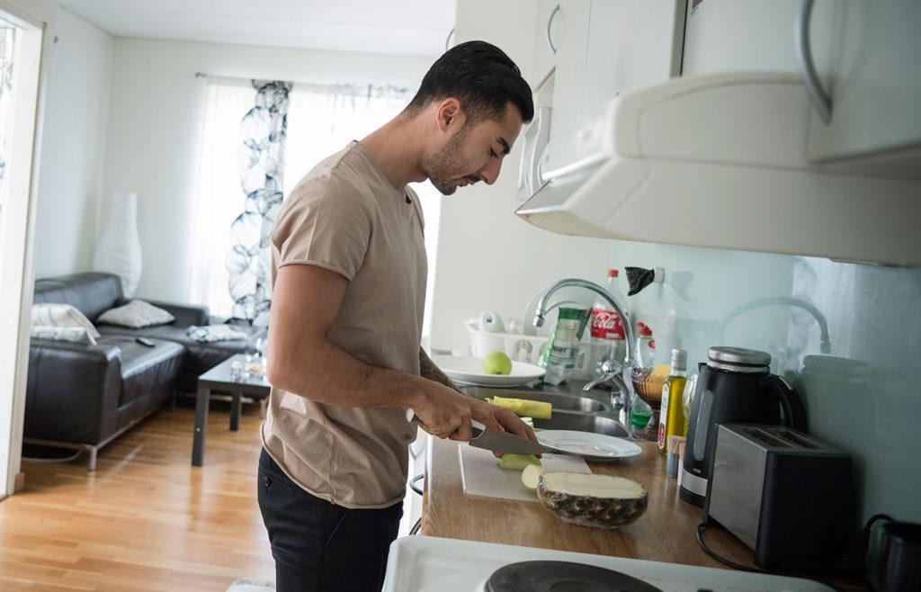 Jiloan Hamad i sin tillfälliga lägenhet i Stockholm.