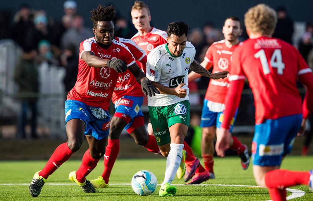 Hamad tar sig förbi Nyköpings spelare. Foto: BILDBYRÅN