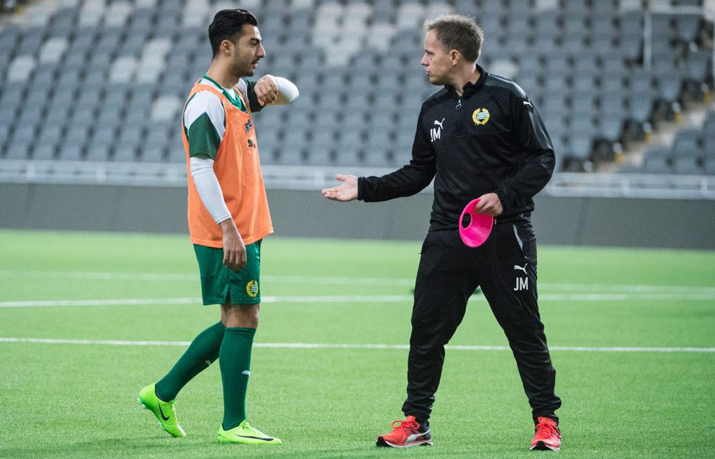 Jiloan Hamad i samspråk med Hammarbys tränare Jakob Mikkelsen under en träning inför Bajens cupmatch mot Varberg.